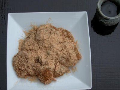 本葛を用いた、柔らかくしなやかなほろ温かい餅に黄粉を塗しています、黒蜜を掛けてお召し上がりください、【葛餅】
