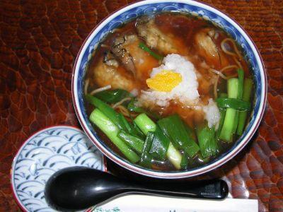 宮城の生食用「もち牡蠣」と京都の「九条ネギ」を使用した熱い汁蕎麦です、素材仕入の関係で冬季限定で前日までにお電話にて。【牡蠣蕎麦】