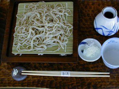 国内産の石臼挽きそば粉を使用、蕎麦粉10:つなぎ粉2(外2と言います)、麺つゆの渾然一体として切れの良い味を堪能してください。【せいろ蕎麦】